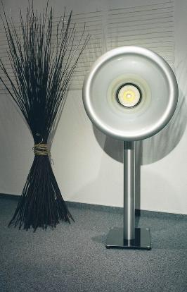 Das Oris 250 silber metallic auf einem Edelstahl Glas Ständer